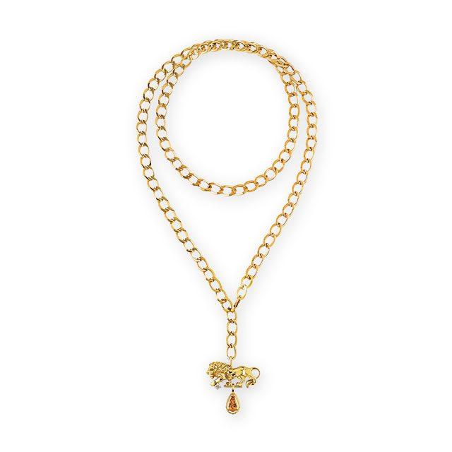 사자 모양의 목걸이는 Chanel Fine Jewelry 제품.
