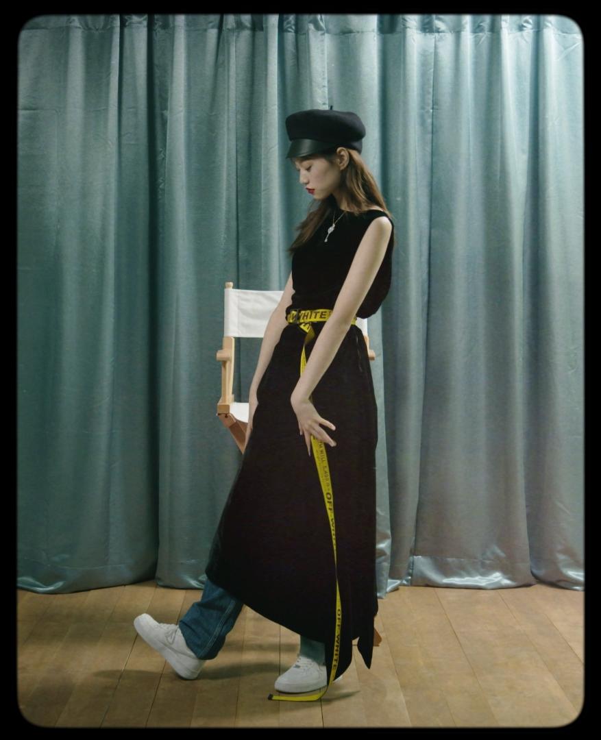 데님 팬츠는 Calvin Klein Jeans,  모자는 Dior,  목걸이는 Tiffany & Co.,  벨트는 Off-White, 스니커즈는 Nike 제품.