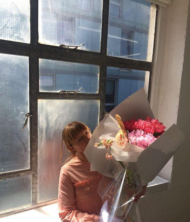 스튜디오에는 넉넉한 양의 꽃을 놓아둬요.