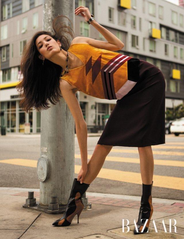 벨벳과 새틴이 그래픽 패턴을 연출하는 인타르시아 드레스는 466만원으로 Bottega Veneta 제품.