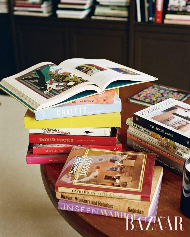 그녀가 즐겨 읽는 책들이 피에르 차포(Pierre Chapo)의 테이블 위에 올려져 있다.