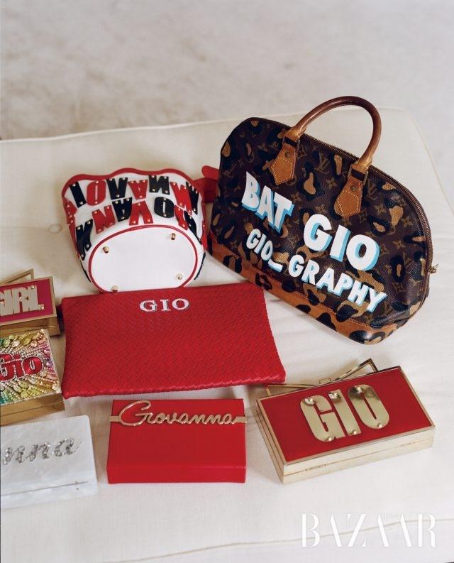 'GIO' 이니셜이 새겨진 백 컬렉션.