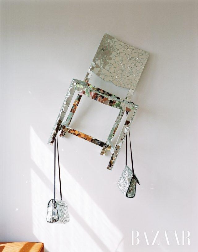 의자와 백이 결합된 독특한 설치작품.