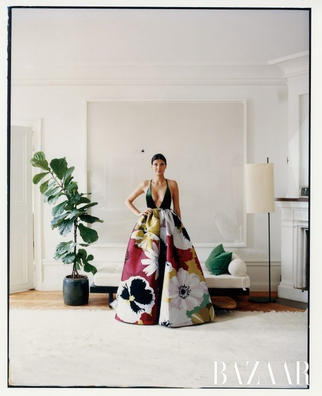 거실에서 실크와 벨벳 소재 드레스를 입은 조반나. 드레스는 약 £9100로 Valentino, 모든 주얼리는 본인의 것.