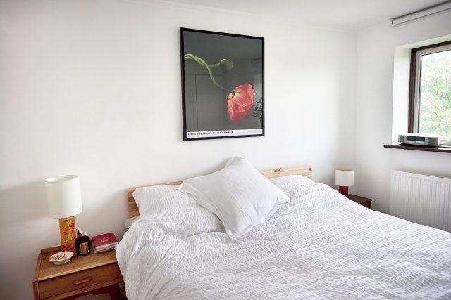 침실에 걸린 작품은 사진작가 로버트 메이플소프의 포스터.