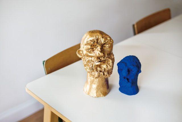 조각품은 고다드의 아버지 작품.