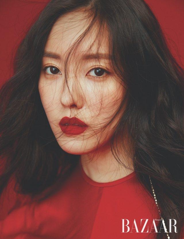 드레스는 Eudon Choi, 드롭 귀고리는 X Te.