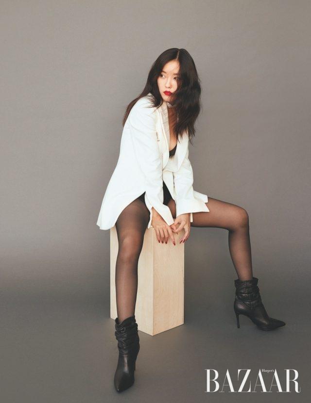 재킷은Off-White, 초커는 H&M, 앵클부츠는 Schutz, 뷔스티에, 브리프, 스타킹은 모두 스타일리스트 소장품.