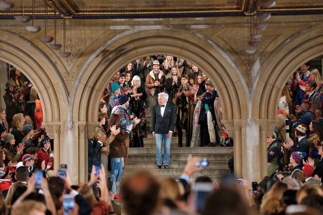 게스트 모두가 기립 박수로 50주년을 맞은 랄프 로렌을 축하했다.