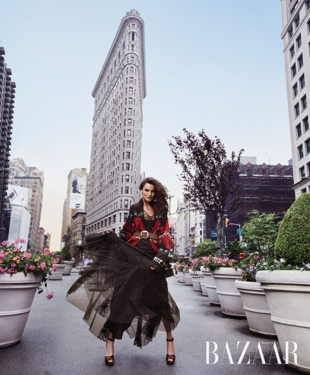 어반 카우 걸.숄, 드레스, 귀고리, 벨트, 슈즈는모두 Ralph Lauren Collection.