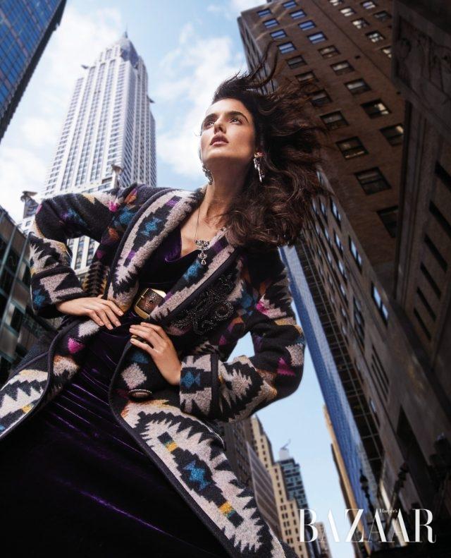 어반 카우 걸코트, 드레스, 귀고리, 목걸이, 벨트는모두 Ralph Lauren Collection.