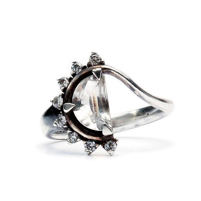반원 형태의 크리스털이 세팅된 반지는 34만원으로 Jem & Pebbles