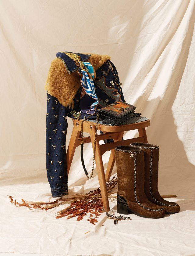 (위부터) 웨스턴 프린트의 스카프는 가격 미정으로 Hermes, 양털과 스터드 장식의 데님 재킷,바닥에 놓인 웨스턴풍 목걸이는 가격 미정으로모두 Coach 1941, 패치워크 디테일이 돋보이는 체인 백은 484만5천원으로 Bottega Veneta, 하우스 특유의 체인 장식이 가미된 송치 부츠는 가격 미정으로 Chanel 제품.