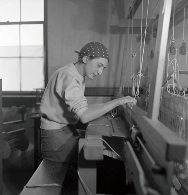 자신의 직조 스튜디오에서 작업 중인 애니 알버스, 1937.5 'Epitap,h', 1968, 1498×584mm, Pictorial weaving.