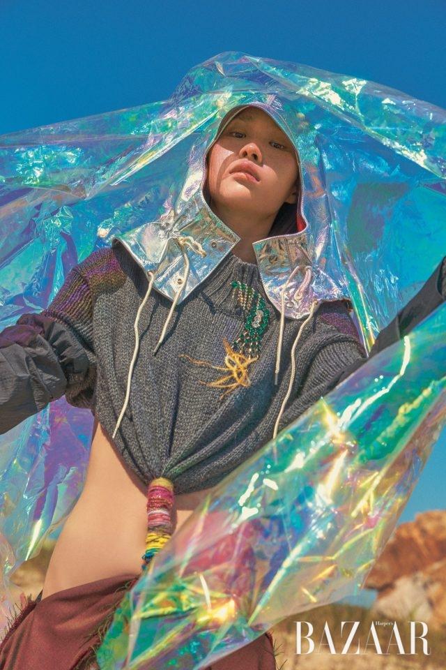 드레스는 Loewe,모자는 125만원으로Calvin Klein 205W39NYC by BOONTHESHOP,브로치는 Dries Van Noten.