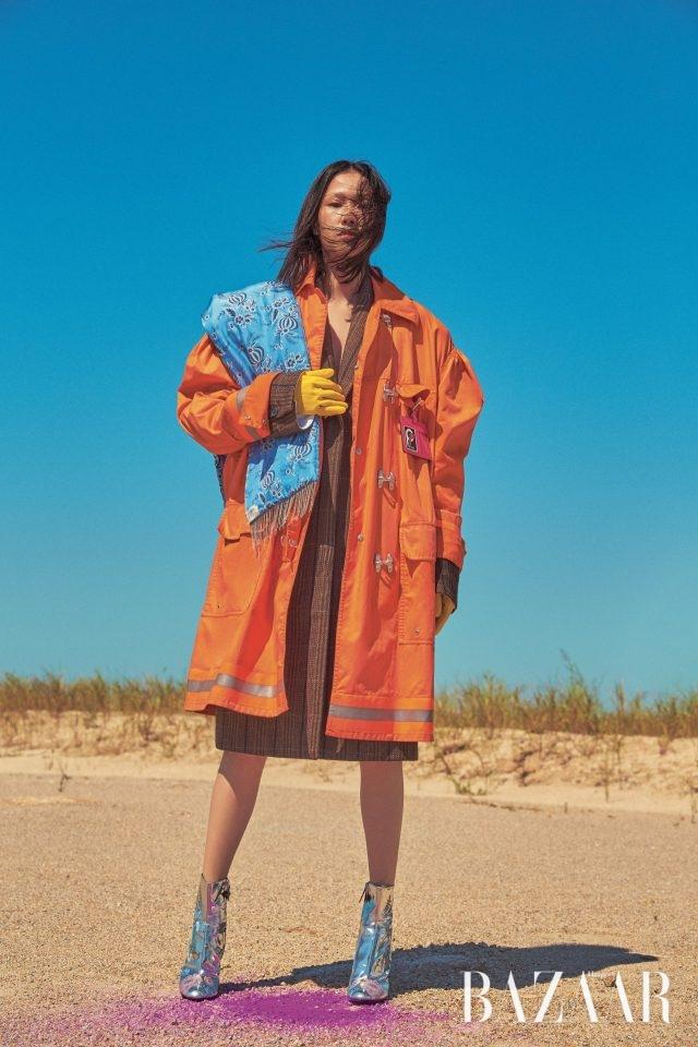 레인코트, 코트는 모두 Calvin Klein 205W39NYC, 머플러는3.1 Phillip Lim, 네임 태그는 20만원대로 Prada, 앵클부츠는 187만원으로 Louis Vuitton 장갑은 에디터 소장품.