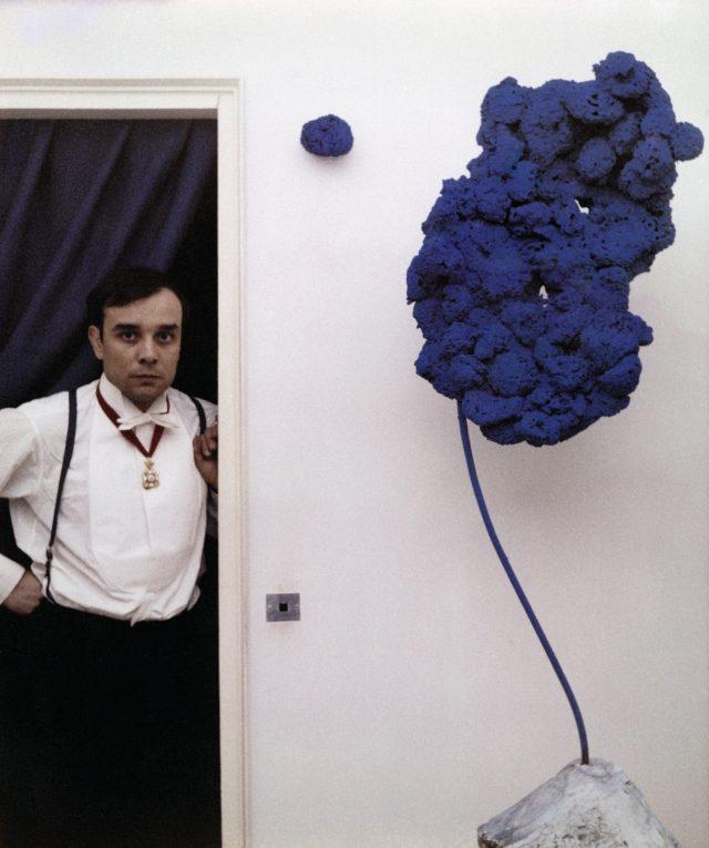 1960년, 파리 아틀리에에서 작품 'Sponge Sculpture'와 함께 포즈를 취한 이브 클라인.