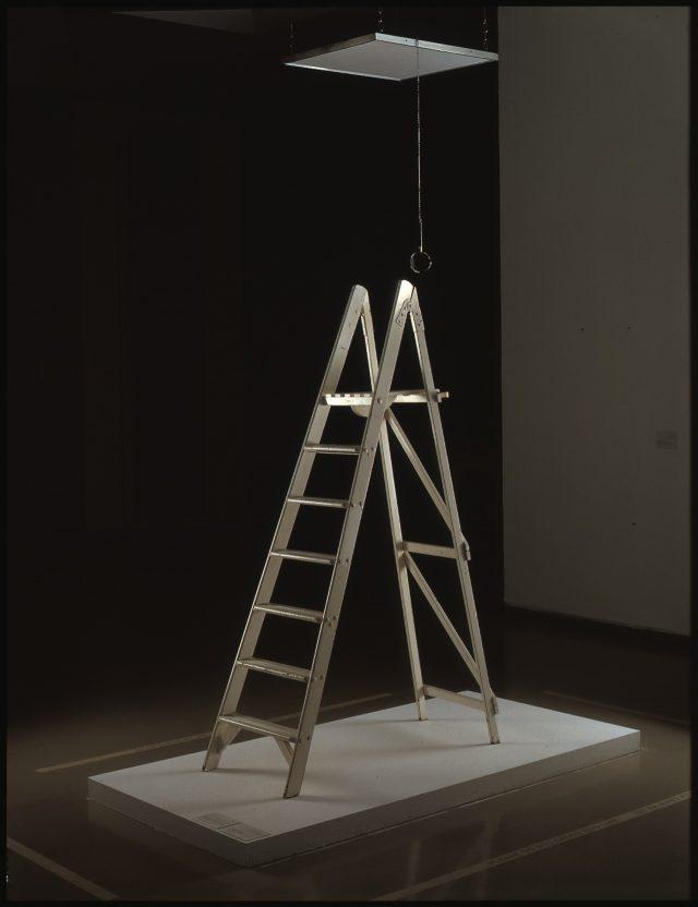 """요코가 1966년 런던 인디카 갤러리에서 선보인 'Ceiing Painting'. 사다리 꼭대기에 올라 천장에 달린 돋보기를 이용해 프레임을 보면 """"Yes""""라고 써 있는 글자를 발견하게 된다."""