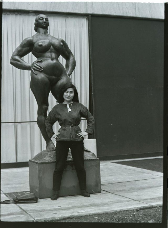 'Standing Woman'(1932) 앞에서 포즈를 취한 오노 요코, 1960년대.