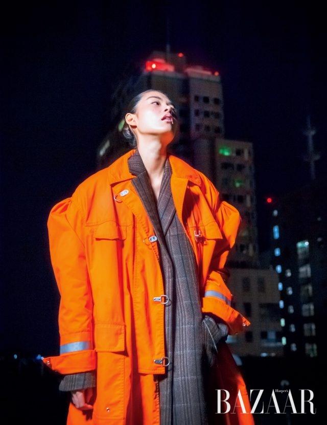 소방관복을 모티프로 한 오버사이즈 코트, 이너로 입은 코트는 모두 가격 미정으로 Calvin Klein 205W39NYC.