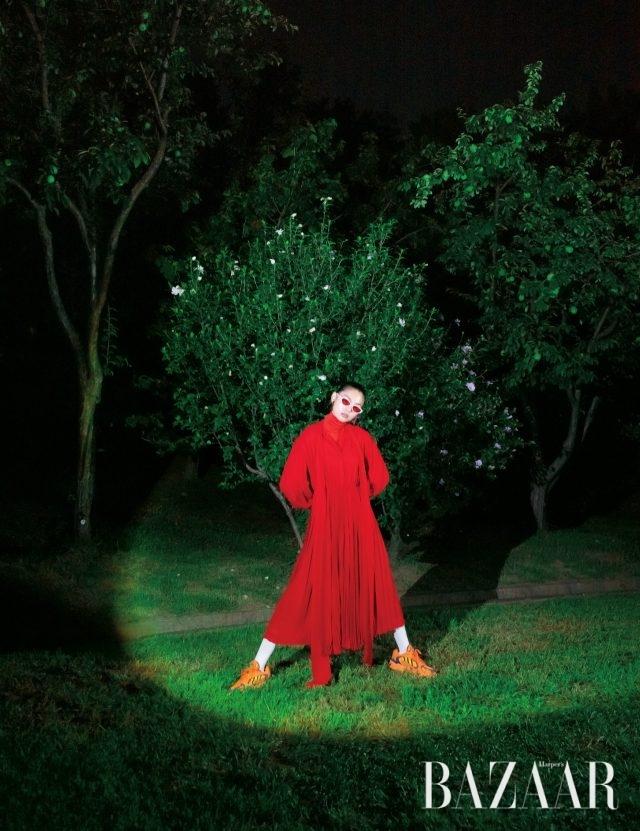 드레스는 가격 미정으로 Valentino, 터틀넥 톱은 5만9천원, 귀고리는 3만5천원으로 모두H&M Studio, 선글라스는 24만6천원으로 Off-White, 양말은 6만5천원으로 Msgm by hanstyle.com, 스니커즈는 16만9천원으로Adidas Originals.