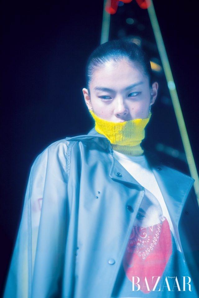 PVC 코트는 가격 미정으로 Eudon Choi, 티셔츠는 12만원으로 BNDN, 터틀넥 톱은 17만5천원으로 Cos, 귀고리는 에디터 소장품.