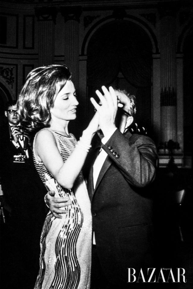 1966년 커포티의 블랙 앤 화이트 볼 파티에서 리 라지윌이 트루먼 커포티와 춤을 추고 있다.