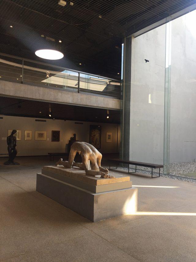 절망한 인간을 표현한 빌헬름 렘브루크의 조각들.
