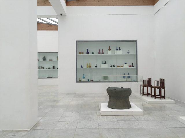 중국 청나라시대 골동품과 세라믹이 전시된 공간.