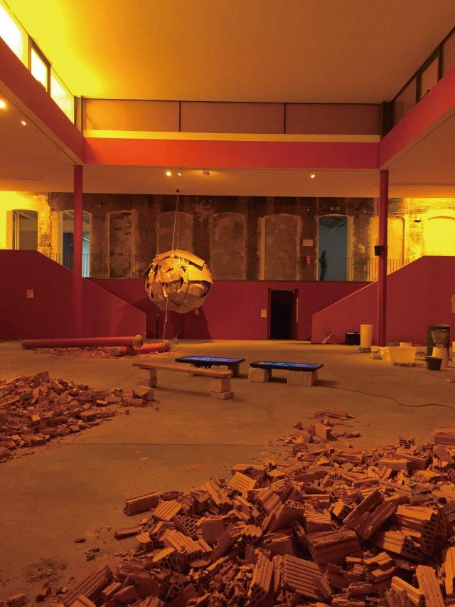 열번째 베를린 비엔날레가 열리는 KW 전시장. 디네오 스샤 보파페(Dineo Seshee Bopape)의 인스톨레이션.