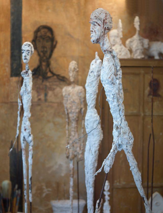 조각의 몸체를 만들고 석고를 발라 완성한 자코메티의 작품.