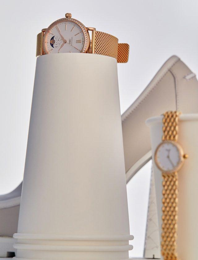 (왼쪽부터) 다이얼 속 달의 위치로도 시간의 흐름을 알 수 있는 '포르토피노 오토매틱문 페이즈 37' 워치는 4천790만원대 IWC, 슬림하고 미니멀한 다이얼의 '클래식 컬렉션' 워치는 가격 미정 Chopard, 힐은 가격 미정 Bottega Veneta.