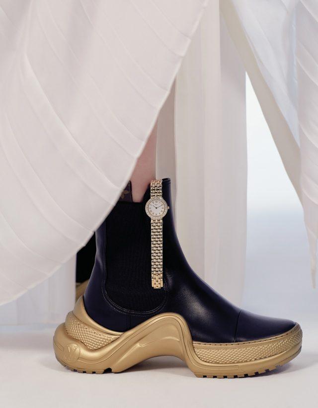 스트랩 텍스처가 돋보이는'클래식 컬렉션' 워치는 가격 미정 Chopard, 원피스와 슈즈는 모두 가격 미정 Louis Vuitton.