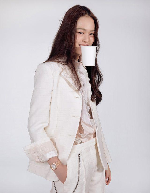베젤에 다이아몬드 세팅으로 우아함을 더한 '라임라이트 갈라 밀라니즈' 워치는 4천860만원 Piaget, 재킷, 셔츠, 팬츠는 모두가격 미정 Bottega Veneta.