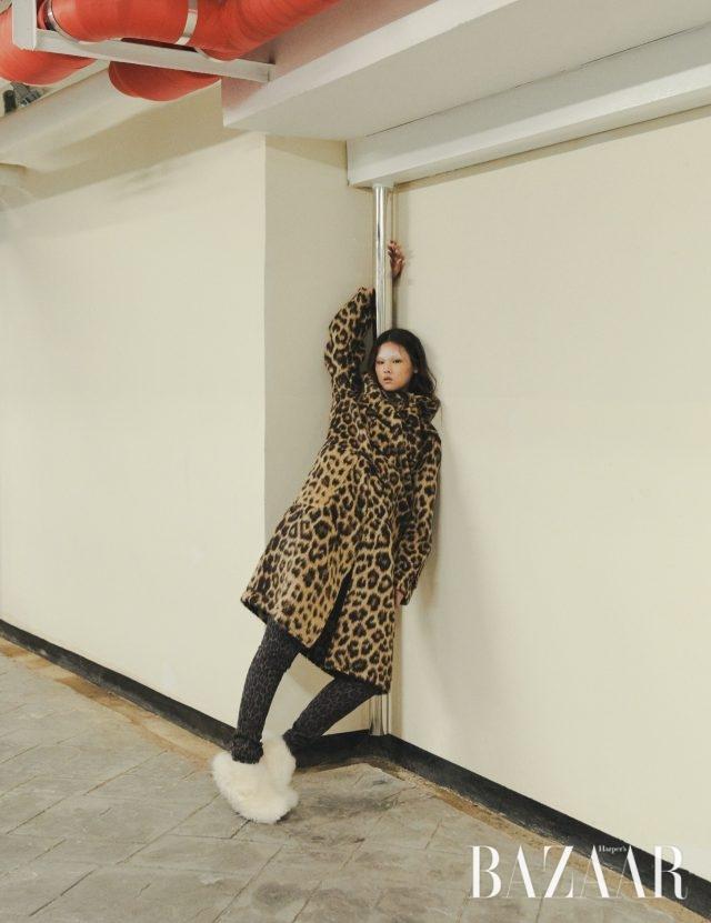 더플코트는 315만원 R13 by BOONTHESHOP, 팬츠는 88만원 MaxMara, 퍼 슈즈는 가격 미정 Chanel.