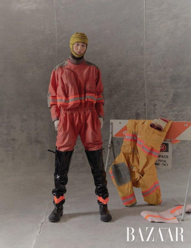 점프수트, 발라클라바, 장갑, 부츠는 모두 Calvin Klein 205W39NYC.