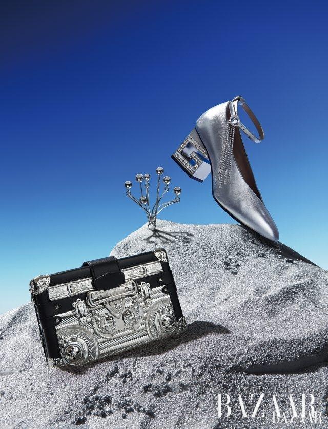 슈즈는 263만원으로 Gucci, 귀고리는 35만원으로 Mounser by BOONTHESHOP, 클러치는 1천650만원으로 Louis Vuitton.
