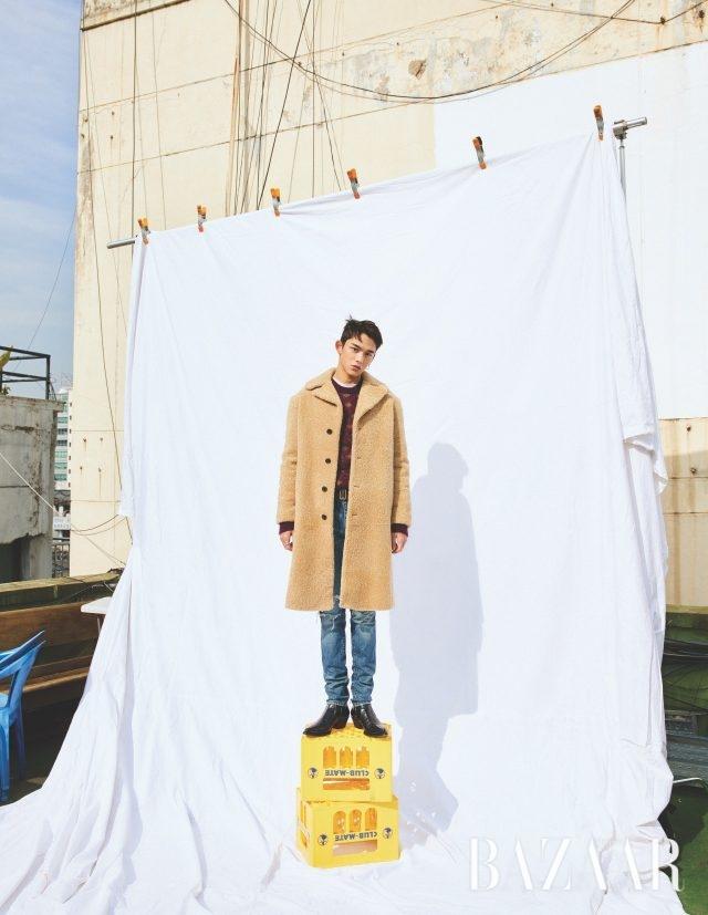 시어링 코트, 니트, 티셔츠, 데님 팬츠, 밸트, 부츠는 모두 Saint Laurent by Anthony Vaccarello, 목걸이는 Bitter Sweet, 귀고리는 스타일리스트 소장품.