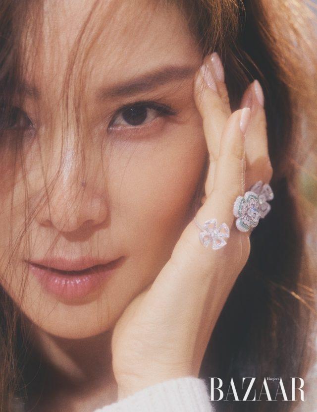 (앞쪽부터) 네 개의 꽃잎을 지닌 야생화 모티프의 반지, 화이트 골드에 에메랄드와 다이아몬드를 세팅한 반지, 화이트 골드에 다이아몬드를 세팅한 반지는 모두 '피오레버' 컬렉션으로 Bvlgari, 터틀넥 톱은 Chloé.