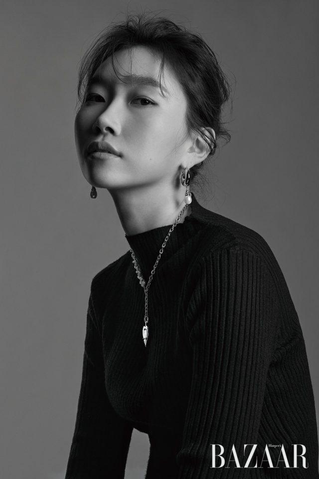 겨울철 스타일링에 유용한 미디 길이 목걸이와 클래식함과 유니크함이 공존하는 진주 귀고리는 그녀가 디자인한 에스실 컬렉션 제품.