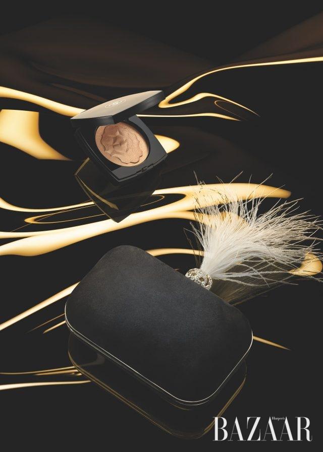 골드빛의 하이라이터, '익스클루시브 크리에이션 르 리옹 드 샤넬'은 8만원 Chanel,스웨이드 소재의 이브닝 클러치는 299만원 Jimmy Choo.