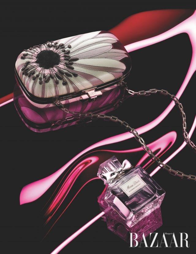 정교한 플라워 디테일의 레더 클러치는 가격 미정 Valentino Garavani, 생기 넘치는 플라워 어코드의 '미스 디올 블루밍 부케 30ml'는 7만9천원대 Dior.