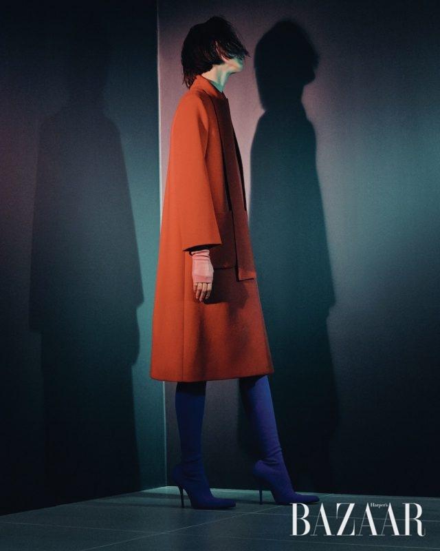 코트는 410만원 Gucci, 장갑은 Chanel, 부츠는 Balenciaga.