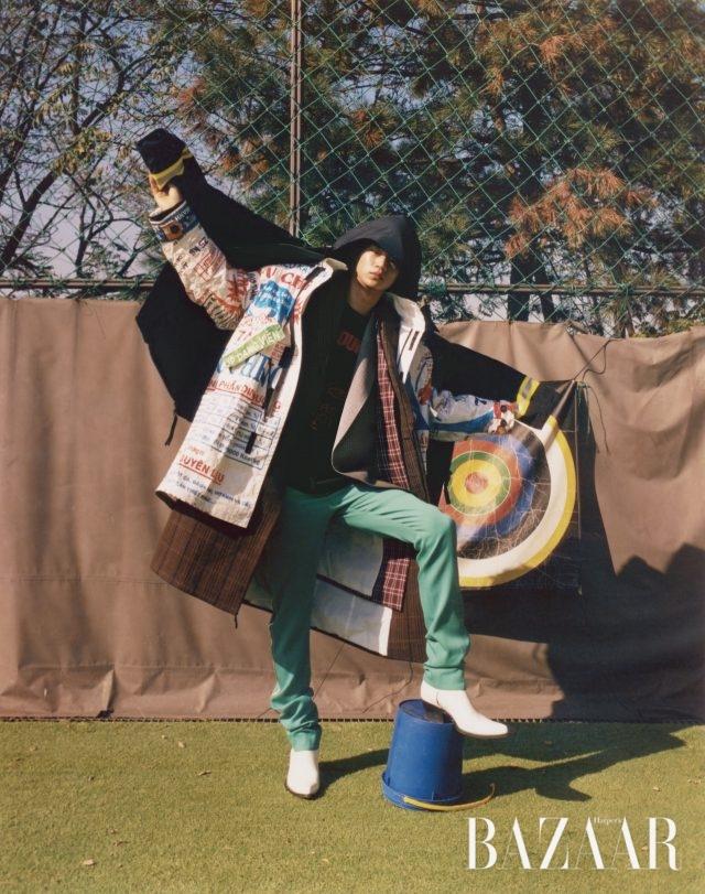 야광 스트랩 포인트의 점퍼는 218만원 Comme Des Garcons by Junya Watanabe, 플라스틱 소재 코트는 135만8천원 Münn, 레이어링한 체크 코트, 팬츠, 부츠는 모두 가격 미정Calvin Klein 205W39NYC, 이너로 입은 체크 재킷과 티셔츠는 모두 가격 미정 Wooyoungmi.