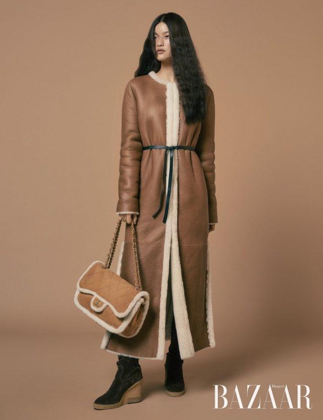 코트는 357만원 Longchamp, 반지는 26만8천원 S_S.il, 부츠는 155만5천원 Tod's. /체인 백은 가격 미정 Chanel.