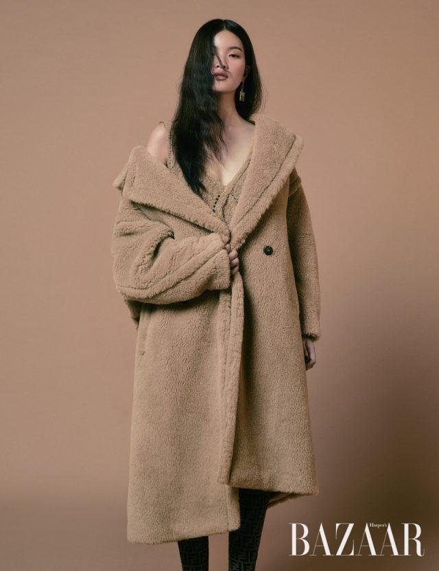코트는 468만원 MaxMara, 니트 드레스는 85만원 Kenzo,드롭 귀고리는 39만8천원 S_S.il, 사이하이 부츠는 215만원 Fendi.