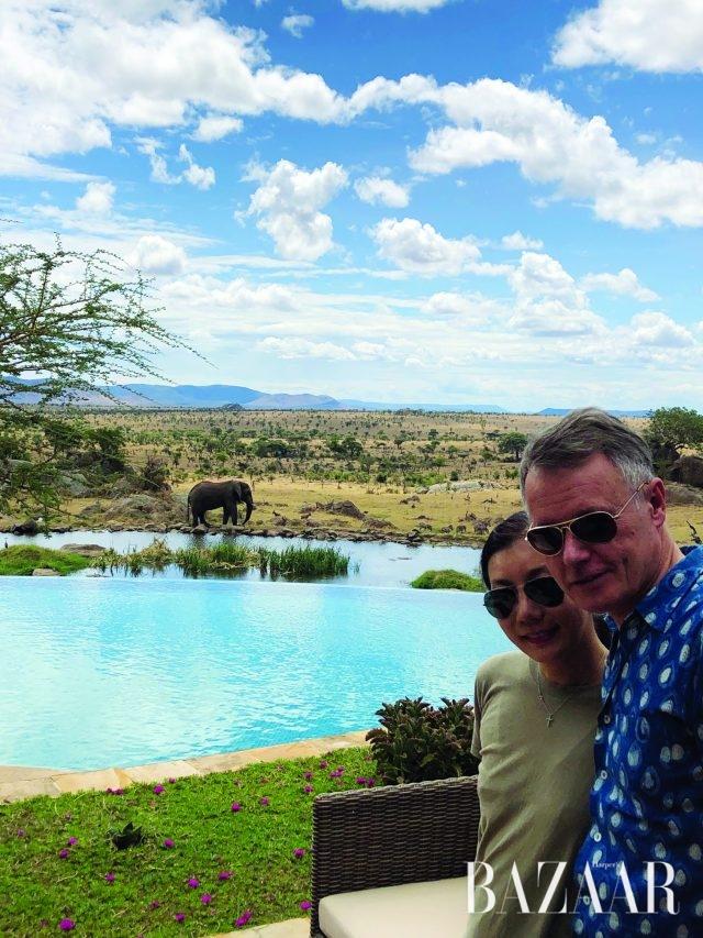 포시즌스 사파리 로지 호텔. 호수 건너편으로 코끼리의 모습이 보인다.