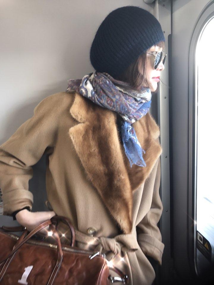 여행 중에도 완벽한 스타일을 유지하는 모델 송경아. 고전 영화에 등장하는 고혹적인 여배우가 연상된다.
