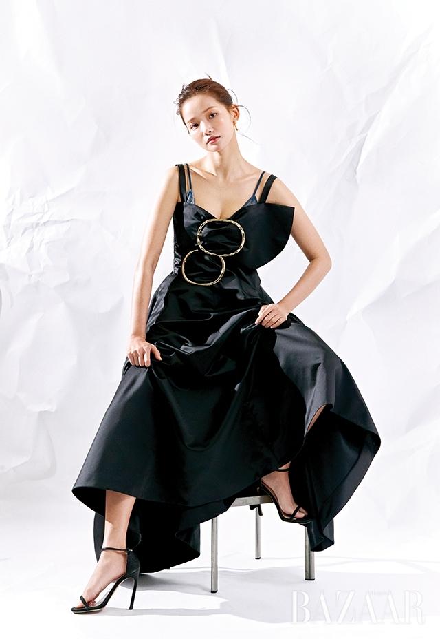 새틴 드레스, 레이스 브라는 모두 Nina Ricci, 진주 장식 귀고리는 Recto, 스트랩 샌들은 Stuart Weitzman.