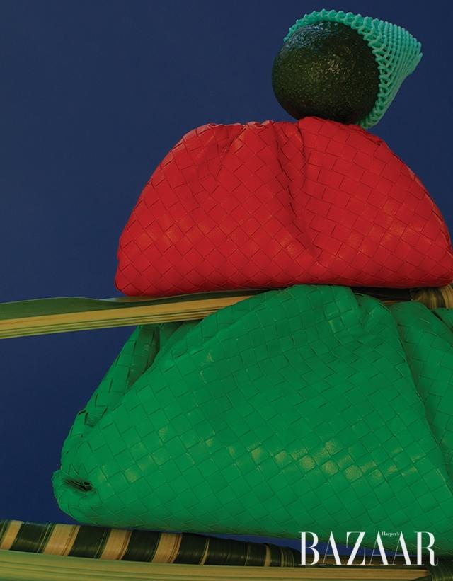 인트레치아토 디테일의 미니 파우치는 1백80만원대, 오리지널 사이즈 파우치는 3백60만원대 모두 Bottega Veneta.
